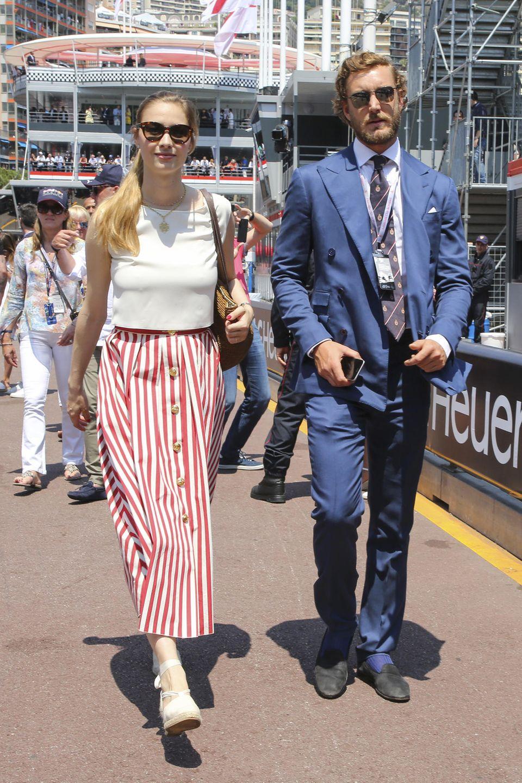 Beatrice und Pierre Casiraghi beim Formel-1-Rennen in Mone Carlo: Während sie auf einen sommerlich eleganten Look setzt, kommt er ganz klassisch im Anzug.
