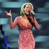 """Mit einer blonden Kurzhaarfrisur tritt Michelle 2001 beim Eurovision Song Contest in Kopenhagen an. Die Ballade """"Wer Liebe lebt"""" landet auf dem 8. Platz."""