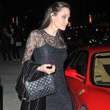 In einem schwarzen Spitzenkleid feiert Angelina Jolie mit Söhnchen Pax am 14. Mai den Muttertag.