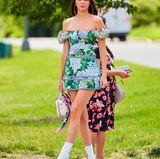 Im superknappen Blüten-Look und weißen Boots ist Kendall Jenner ein echter Hingucker.