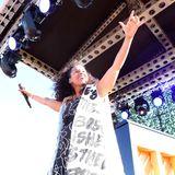 Alicia Keys sorgt im grafischen Schwarz-Weiß-Look für die perfekte musikalische Untermalung des Polo-Events.