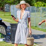 In sommerlichem Hellblau und Bast-Plateaus bezaubert Topmodel Jessica Hart beim Polo-Turnier.