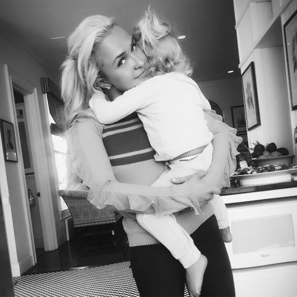 Kaya will kuscheln! Und diese Liebe genießt Mama Hayden Panettiere so sehr, dass sie den zauberhaften Moment gleich mit ihren Twitter-Followern teilt.
