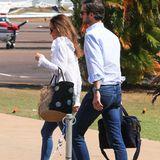 Ehemann James Matthews ist gewohnt klassisch unterwegs: Er trägt eine Jeans und ein Hemd mit hochgekrempelten Ärmeln.