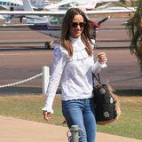 Es wird weiter geflittert: In einer weißen Rüschenbluse, einer Jeans und ihren Lieblingsespadrilles stolziert die Braut über einen Flugplatz in Australien. Ein Lächeln für die Fotografen hat sie natürlich immer übrig.