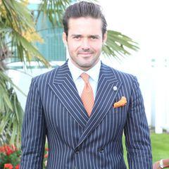 """Spencer Matthews trägt beim """"Investec Derby Day"""" auf der Rennbahn in Epsom einen karierten Anzug mit orangefarbener Krawatte und gleichfarbigem Einstecktuch. Diese Accessoires haben wir an ihm in den vergangenen Wochen häufiger gesehen."""
