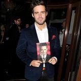 """Ja, Spencer Matthews hat ein Buch veröffentlicht. In seiner Biografie """"Confessions of a Chelsea Boy"""" schreibt er unter anderem über seine Drogensucht. Zur Promo-Party trägt er ein dunkleblaues Samtsakko mit rotem Einstecktuch. Schick!"""