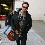 Mit Wollmantel, bunt gemustertem Schal und Sonnenbrille kommt Spencer Matthews aus einem Fernsehstudio.