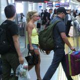 Ein bisschen müde macht sich Britney Spears von Tokio auf den Weg nach Osaka. Ganz bodenständig nimmt die Sängerin den Hochgeschwindigkeitszug - und versteckt sich dabei nicht einmal mehr.