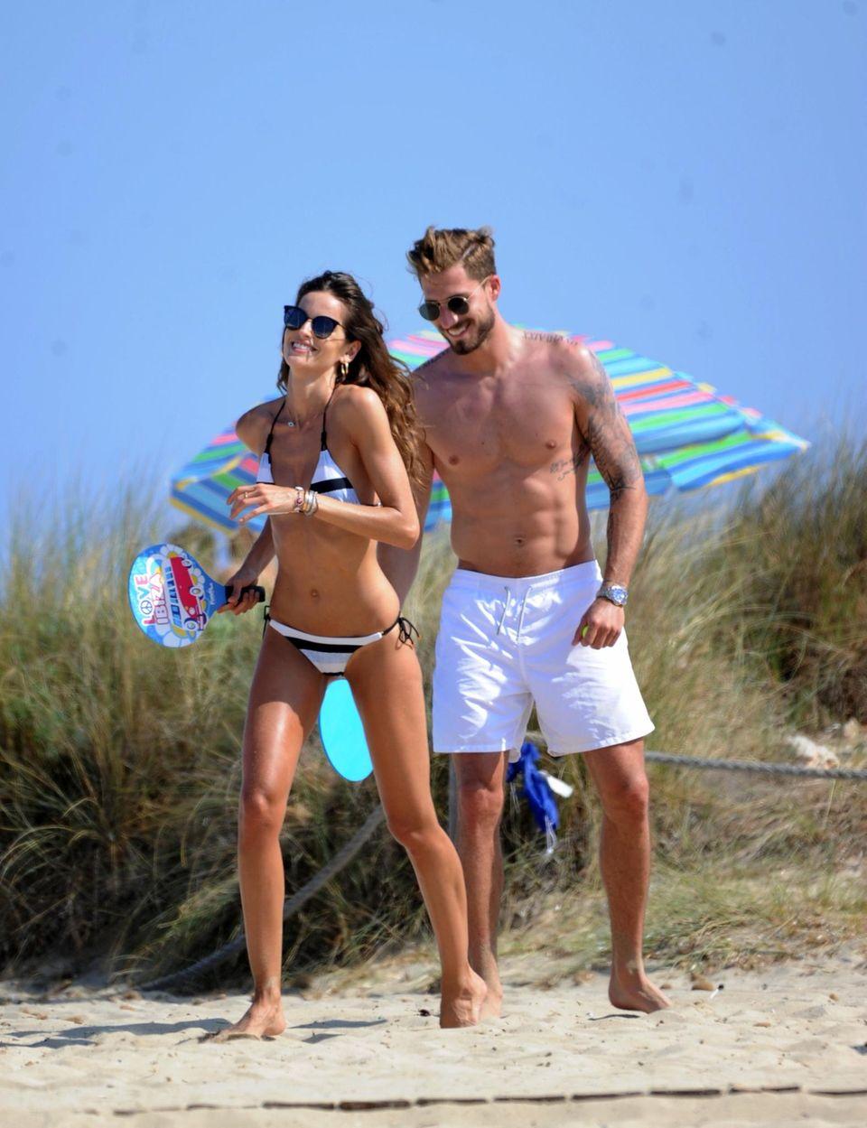 Wie sehr das Traumpärchen Izabel Goulart und Kevin Trapp ihren Sommerurlaub auf Ibiza genießen, sieht man auf diesem Bild wohl ganz gut. Und wir sind auch nur ein ganz klein wenig neidisch.