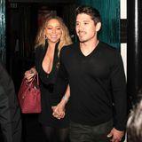 Zurück zum Ex? Mit ihrem On-Off-Lover Bryan Tanaka geht Mariah Carey ins Mastro's Steakhouse in Beverly Hills. Die Sängerin trägt wieder ihr liebstes Kleidungsstück: Ein schwarzes Mini-Kleid mit XXL-Dekolleté.