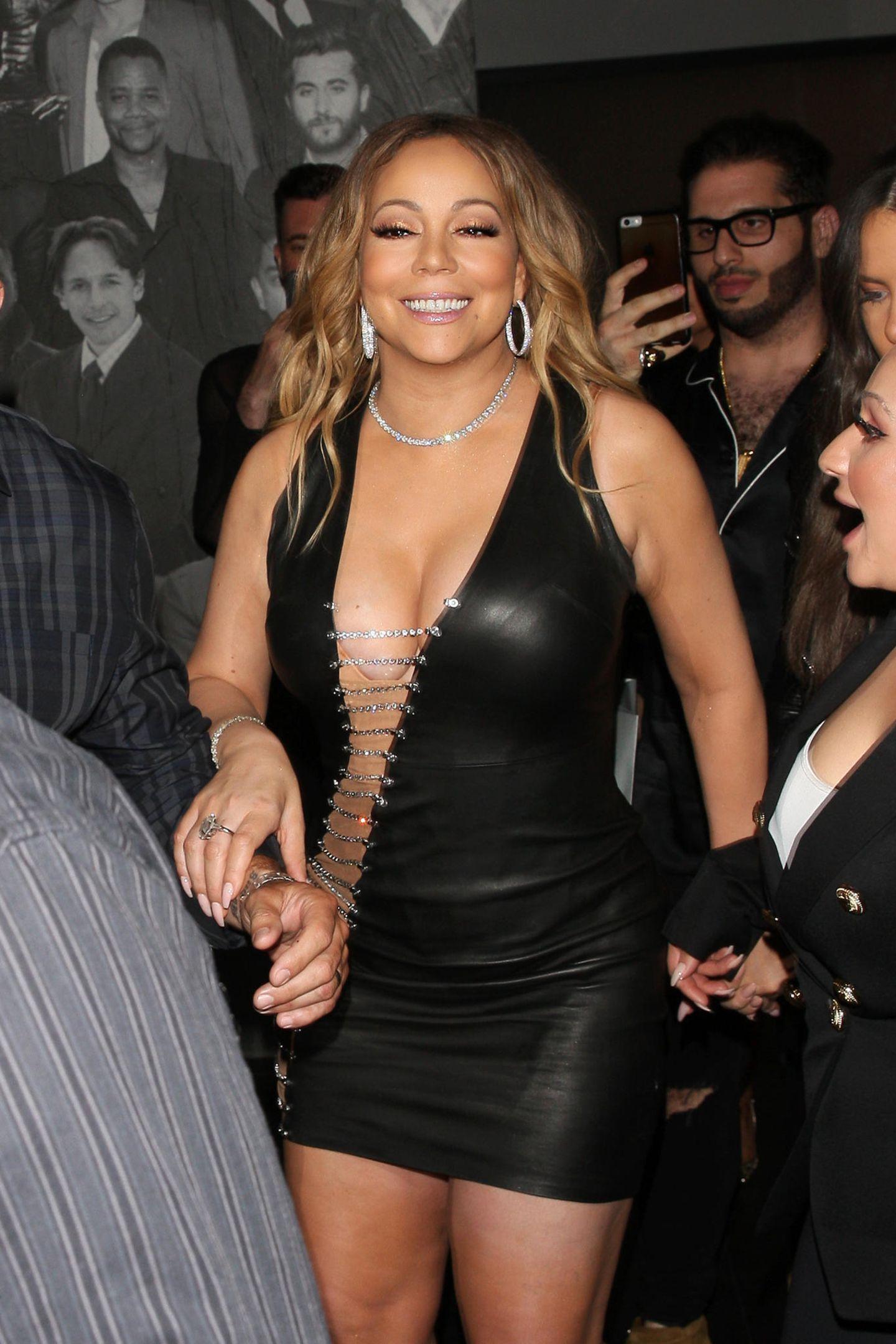 Ausschnitt kann man das hier eigentlich gar nicht mehr nennen: Mariahs Lederkleid gewährt sehr tiefe Einblicke.