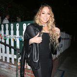 Ausnahmsweise darf es hier mal etwas mehr Stoff sein: Mariah Carey geht im schwarzen Mini-Kleid und Lederjacke aus.