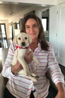 Gestatten: Bertha! Caitlyn Jenner stellt auf Instagram stolz ihr neues Familienmitglied vor. Die zuckersüße Bertha ist zwei Monate alt und hat fürs Instagram-Foto ihren schönsten Hundeblick aufgesetzt