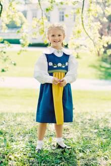 6. Juni 2017  Kleiner Sonnenschein: Prinzessin Estelle posiert traditionell in Tracht für die Kamera.