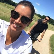 """5. Juni 2017  Gemeinsam das schöne Wetter genießen: Jana Ina Zarrella und Ehemann Giovanni Zarrella radeln durch die Natur. Nach Gios """"Let's Dance""""-Aus ist das die perfekte Ablenkung."""