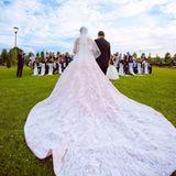 Besonders im Tageslicht der Open-Air-Trauung sieht man die feinen Details des extravaganten Kleides.