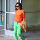 Holt Victoria Beckham sich neuerdings Inspirationen für ihre Outfits aus dem Gemüsegarten? Diese lässige Kombi aus orangefarbenem Sweater und hellgrüner Bundfaltenhose erinnert zumindest ein wenig an eine Karotte.