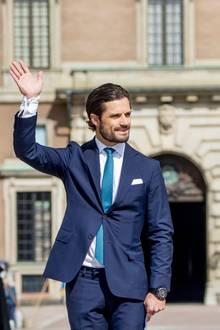Traumprinz gewährt Einlass: Prinz Carl Philip öffnet die Schlosstore zum Tag des offenen Schlosses am Nationalfeiertag in Schweden.