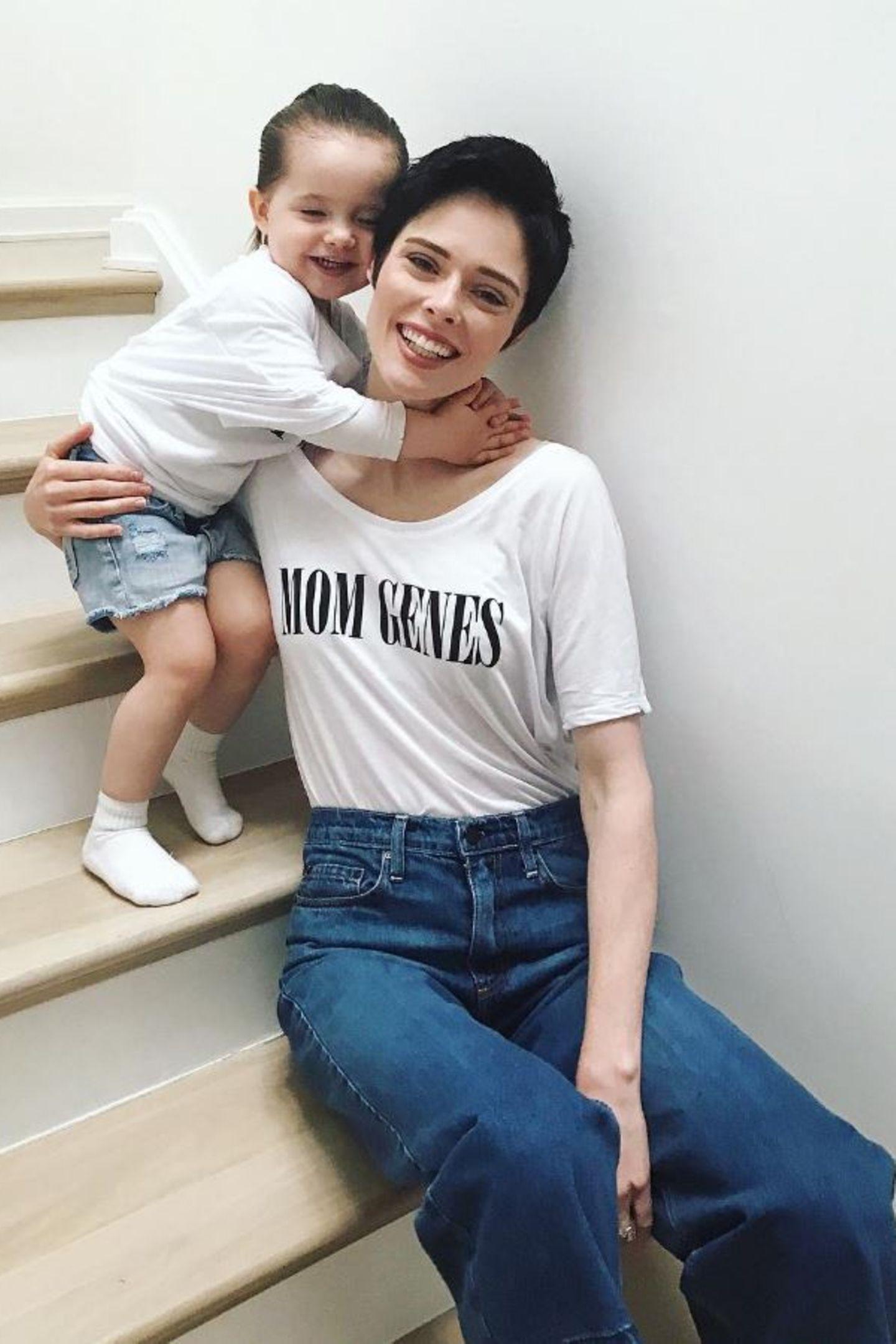 """Zum Knuddeln findet Töchterchen Ioni ihre Mama Coco Rocha in ihrem """"Mom Genes""""-T-Shirt. Mit dem Erlös der Shirts wird die Organisation """"Best Buddies"""" unterstützt, die sich für die Integration vonMenschen mit Behinderung einsetzt."""