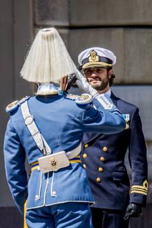 Prinz Carl Philip salutiert beim Wachwechsel im Rahmen der Feierlichkeiten anlässlich des schwedischen Nationalfeiertages in Stockholm.