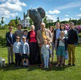 """5. Juni 2017  Gruppenfoto der dänischen Royals: Die Königsfamilie enthüllt dabei """"Miss Fredensborg"""", eine Skulptur an Königin Margrethe und Prinz Henrik (m.) zum 50. Hochzeitstag."""