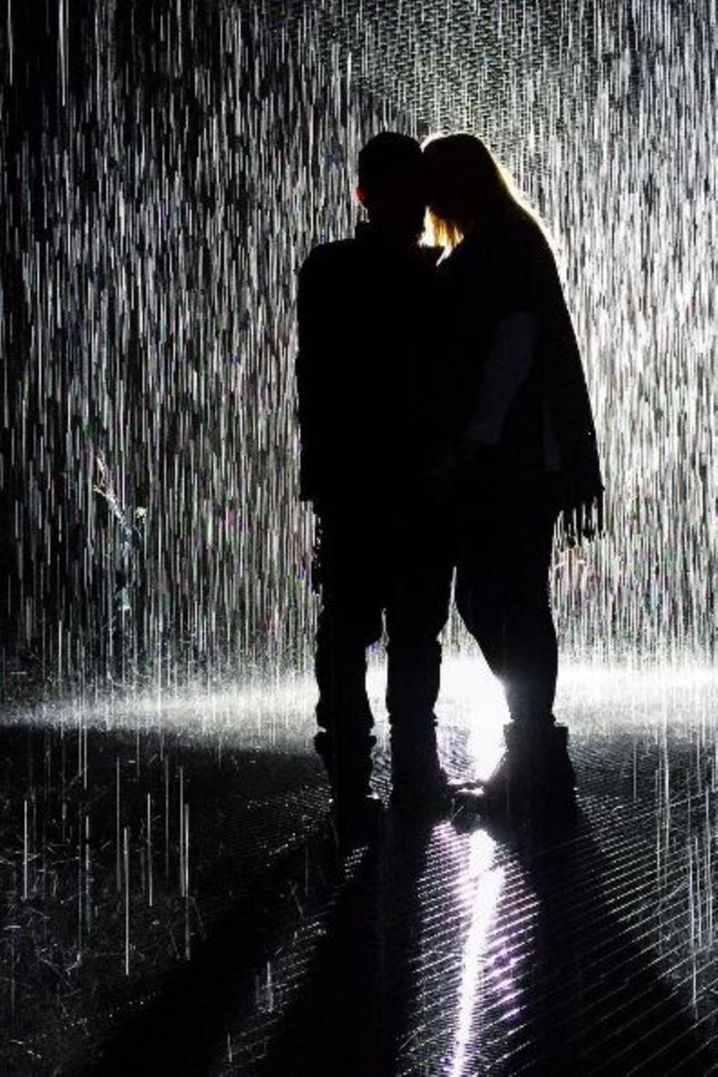 15. Februar 2016  Im Regen würde Benji Madden seine Cameron niemals stehen lassen. Dafür liebt er sie viel zu sehr. Zur Freude seiner Follower zieht es die Eheleute dann aber doch ins Nasse. Auch wenn die beiden auf dem Instagram-Foto nur schemenhaft zur erkennen sind, macht es die Fans glücklich. Schließlich sind private Schnappschüsse eine absolute Rarität.