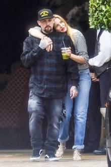 06. Juni 2017  Ihre Lovestory hängen Cameron Diaz und Benji Madden nicht an die große Glocke. Nur selten sieht man das Paar zusammen. Als sie nun jedoch zusammen durch Beverly Hills laufen, können sie ihre Liebe kaum noch verstecken. Die Schauspielerin schmiegt sich an ihren Rockstar, lacht herzlich und hält fleißig Händchen. Bilder, die wir so (leider) extremst selten sehen!