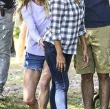 """6. Juni 2017  Am Set von """"Overboard"""" in Vancouver amüsiert sich Schauspielerin Anna Faris über ihre heimtückische Popo-Grabsch-Attacke. Opfer Eva Longoria schaut überrascht in Richtung Paparazzi."""
