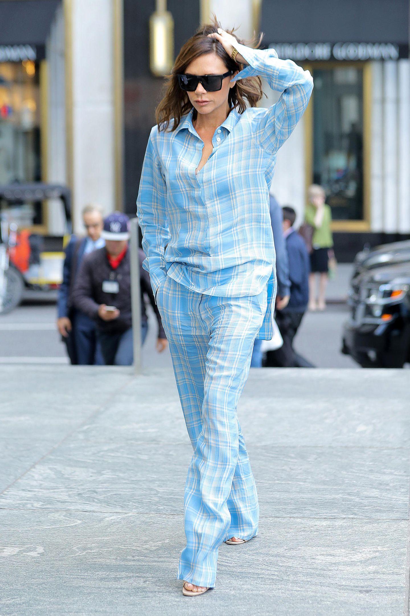 Eine Stil-Ikone wie Victoria Beckham sieht sogar im hellblau karierten Pyjama-Look noch superschick aus, eine luftige Option für heiße Sommertage.