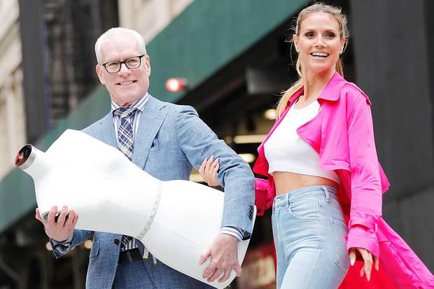"""Zusammen mit Co-Juror Tim Gunn steht Heidi Klum in New York vor der Kamera von Star-Fotograf Rankin. Geshootet wird für die neue Staffel von """"Project Runway""""."""