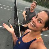 Bastian Schweinsteiger scheint ein guter Verlierer zu sein. Muss er auch, im Tennis kann er seiner Frau, die schon die Weltrangliste anführte, nichts vormachen. Vielleicht spielen die beiden als nächstes gemeinsam Fußball, dann wird wahrscheinlich Basti den Platz als Gewinner verlassen.