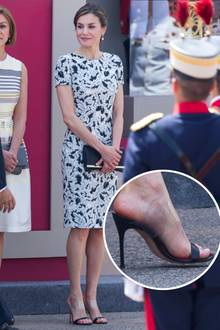 Der Trend schlägt so große Wellen, dass er von Hollywood auch an den königlichen Hof übergeschwappt ist. Das Modell von Königin Letizia ist eine wahre optische Täuschung. Fast könnte man meinen, dass es lediglich aus dem feinen, schwarzen Riemchen und Absatz besteht.