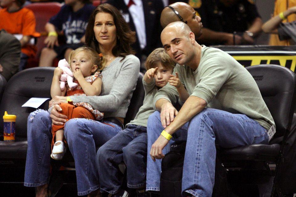 Stefanie Graf und Andre Agassi mit den Kindern Jaz Elle (l.) und Jaden Gil 2006 bei einem Basketballspiel