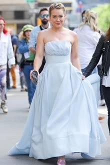"""7. Juni 2017  Overdressed ist da vielleicht noch untertrieben: Hilary Duff dürfte mit diesem Streetstyle für so einige Stirnrunzler der New Yorker Passanten gesorgt haben. Doch keine Sorge, Hilary Duff hebt nicht ab; sie dreht gerade am Set der Serie """"Younger""""."""