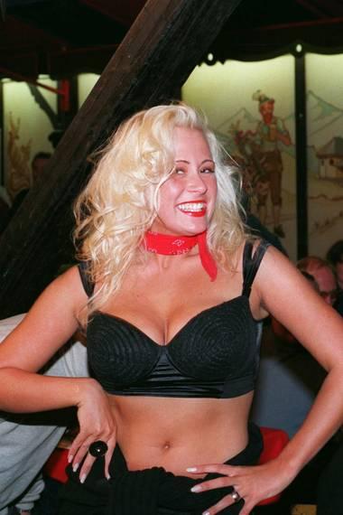 """1993:Mit 18 Jahren wurde Jenny Elvers Heidekönigin des """"Heideblütenfestes"""" in ihrem Heimatort Amelinghausen. Es war der Startschuss ihrer Karriere als Schauspielerin, Moderatorin und It-Girl. Damals wurde sie als echtes """"Vollweib"""", mit weiblichen Kurven, bekannt."""