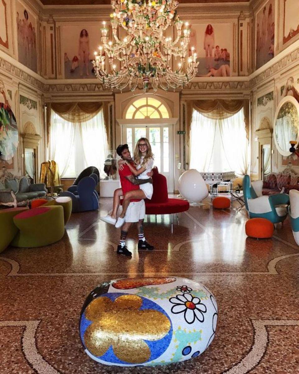 """6. Juni 2017   Das frisch verlobte Paar Fedez und Chiara Ferragni sind auf der Suche nach einer passenden Hochzeitslokation. Ob dieser Saal das stylishe Pärchen überzeugt? """"PS: Hier werden wir nicht wirklich heiraten"""", verrät Chiara Ferragni. Es ist also Weitersuchen angesagt."""