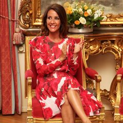 """Applaus für diesen Look! Prinzessin Marie von Dänemark macht bei der Übergabe des """"Prix littéraire des Ambassadeurs"""" in ihrem blumigen Kleid eine ziemlich gute Figur."""