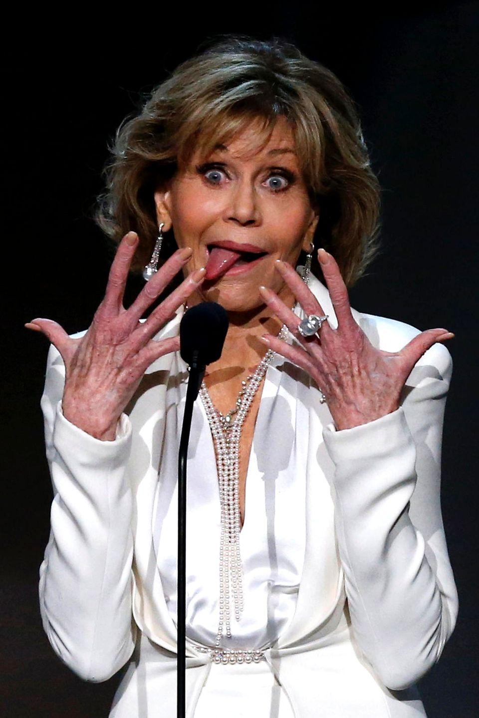"""Während der """"2017 American Film Institute Life Achievement Award""""-Show hält Jane Fonda eine belebte Rede. Die Schauspielerin gestikuliert mit allem, was sie hat, und sorgt so für diese lustige Aufnahme."""