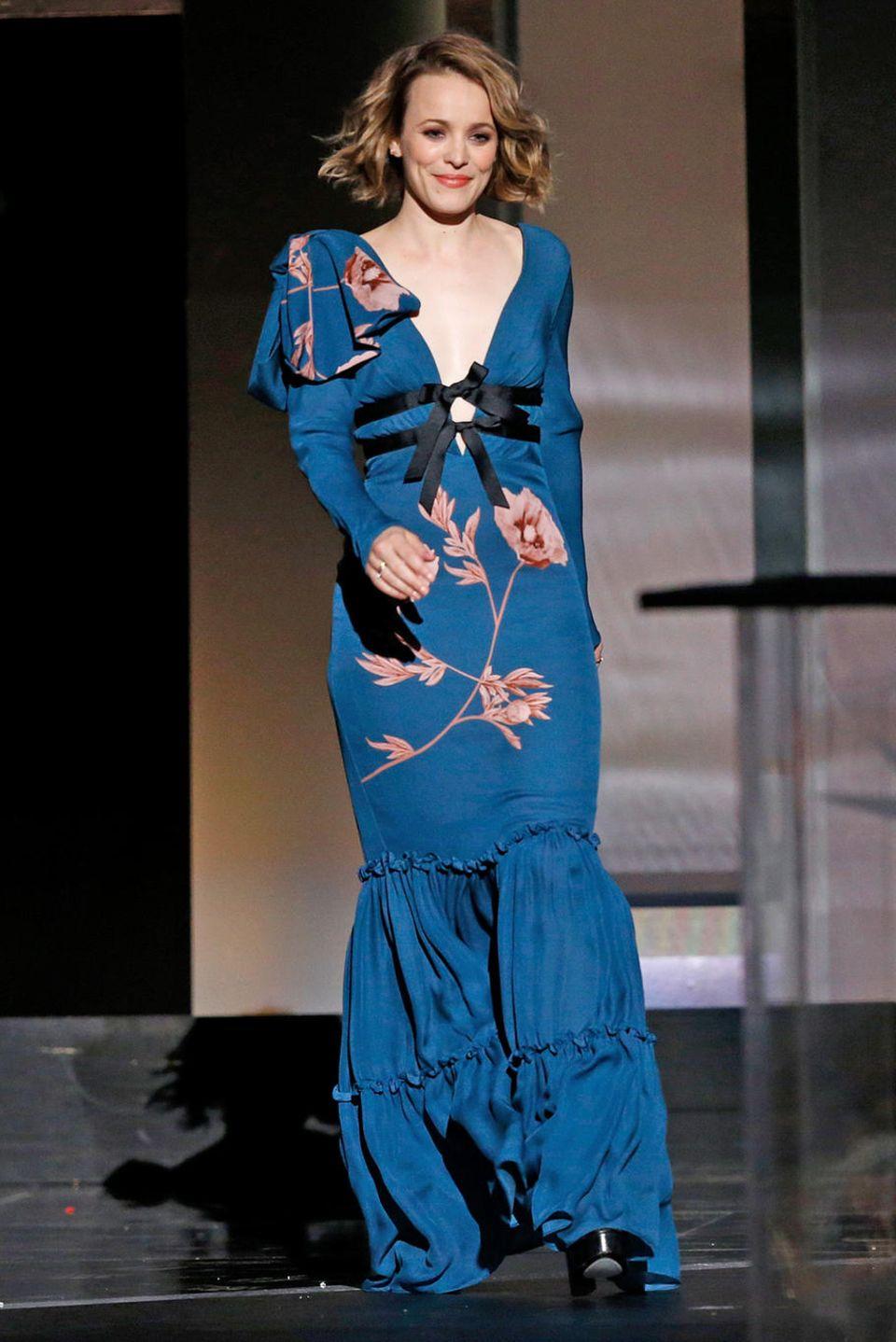 Rüschen, Blumen, Schleifen: Rachel McAdams zeigt sich in blauer Robe sehr verspielt.