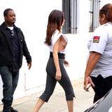 Sexy Hingucker: Popstar Selena Gomez gewährt tiefe Einblicke. Unter ihrem weißen Oberteil mit XL-Ärmeln trägt sie nämlich eindeutig keinen BH und riskiert damit einen Blick auf ihre nackte Brust. Der aktuelle Side-Boob-Trend scheint Selenas Geschmack zu entsprechen.