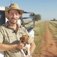 Der 30-jährige Gerald betreibt mit seinem Vater eine Rinderzucht in Namibia. Zwei Jahre ist Geralds letzte Beziehung her und jetzt will sich der attraktive Züchter endlich wieder verlieben.