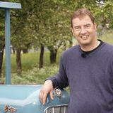 """Traktorfan Bernhard """"Benny"""" (42) aus dem Südschwarzwald in Baden-Württemberg bewirtschaftet im Nebenerwerb 17 ha Grün- und Ackerland sowie 2 ha Forst. Er hat 20 Hühner und zwei Katzen."""
