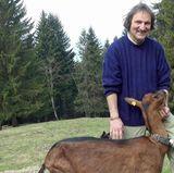 Schweizer André (59) aus dem Kanton Fribourg hat eine Ziegenzucht und Käserei sowie Grünland und Wald, 80 Hühner und einen Hund.
