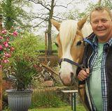 Pferdekutscher Herbert (47) aus Ostfriesland betreibt einen Pferdekutschbetrieb, einen Gasthof und einen Streichelzoo.
