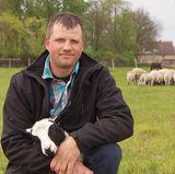"""Brandenburger Michael """"Micha"""" (33) aus dem Odervorland betreibt im Nebenerwerb einen Mischbetrieb mit drei Hektar Grünland, elf Mutterschafen und Nachzucht, 20 Hühnern, fünf Schweinen, zwei Pferden, drei Ziegen, drei Gänsen, zehn Enten, zwei Hunden und vier Hasen."""
