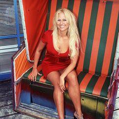 """1996: Den meisten Filmliebhabern dürfte Jenny Elvers durch ihren kurzen aber legendären Auftritt in """"Männerpension"""" im Gedächtnis geblieben sein. Außerdem als Physiotherapeutin Elke Pflüger in der RTL-Serie """"Nikola""""."""