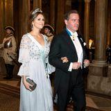Zum Dinner am Abend präsentiert sich Madeleine dann in zart hellblauer Robe.