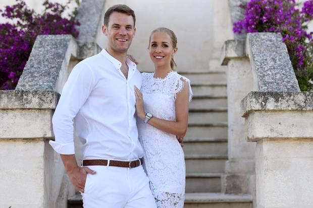 Outfit-Wechsel: Bereits einen Abend zuvor feiert das Paar mit Freunden das große Liebes-Event und sieht dabei einfach hinreißend aus. Der WM-Held kommt in einem weißen Ensemble total sommerlich daher und Nina strahlt in einem eleganten Spitzenkleid.