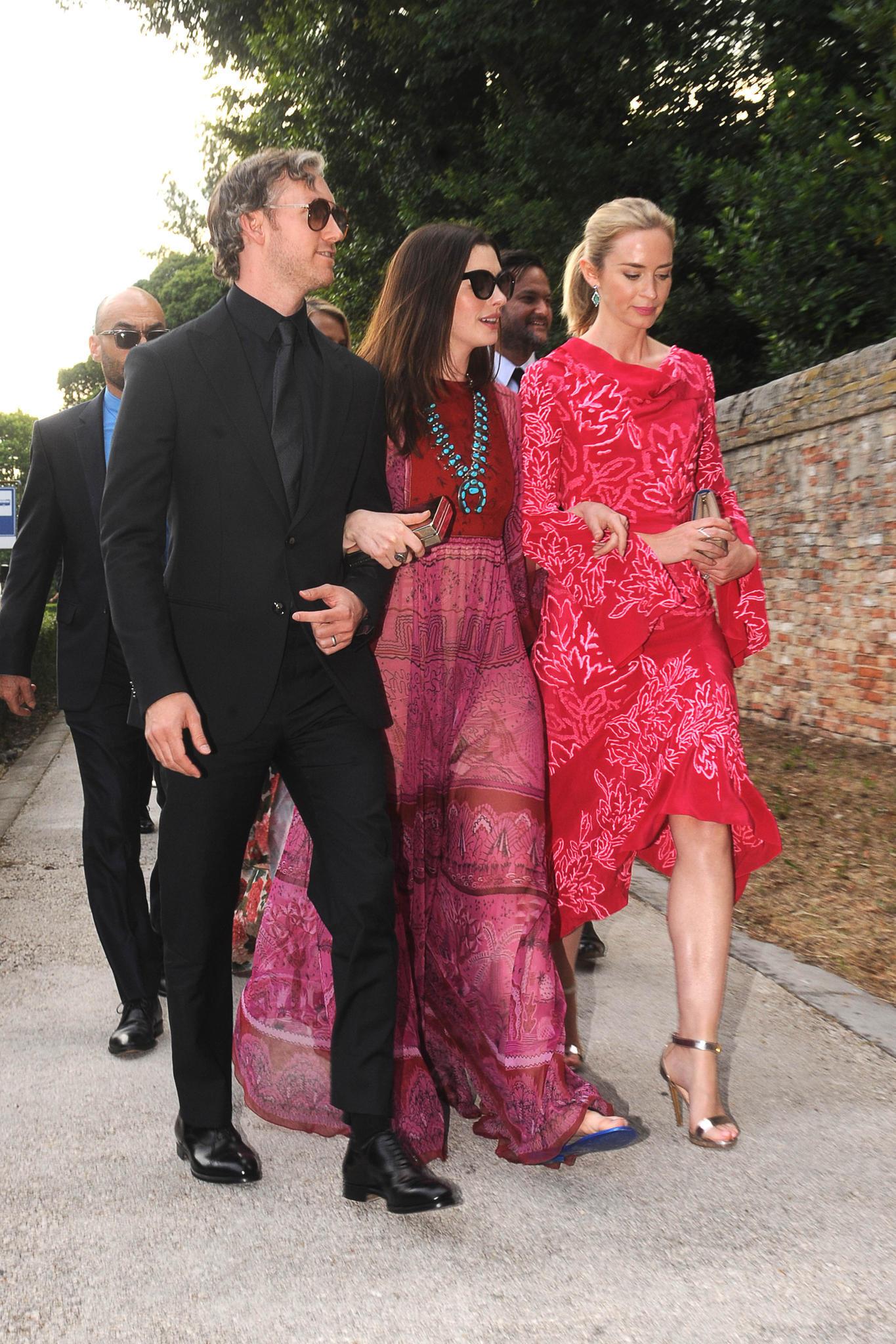 Unter den Gästen von Jessica und Gian Luca befinden sich auch Anne Hathaway mit Ehemann Adam Shulman und Emily Blunt. Dabei sind es vor allem die zwei Schauspielerinnen, die in ihren farbenfrohen Wedding-Looks alle Blicke auf sich ziehen.